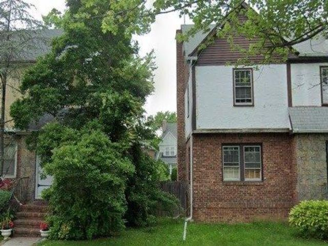 4 BR,  2.00 BTH Colonial style home in Beechhurst