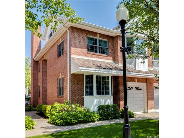 4 BR,  5.00 BTH Townhouse style home in Great Neck