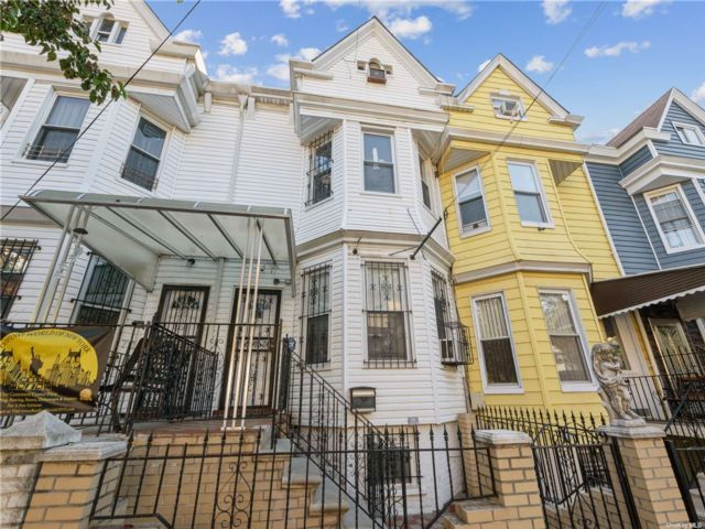 3 BR,  2.00 BTH Colonial style home in Cypress Hills