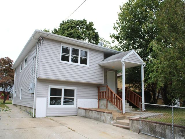 5 BR,  2.00 BTH Hi ranch style home in Huntington Station