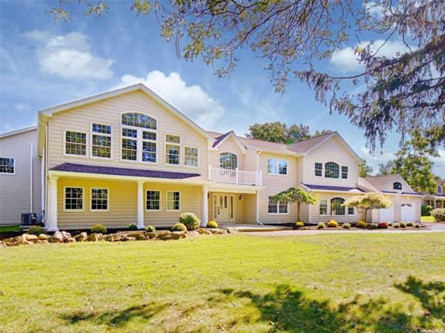 9 BR,  6.00 BTH Colonial style home in Northport