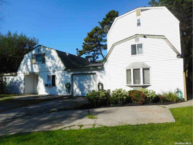 8 BR,  5.00 BTH Exp ranch style home in Farmingville