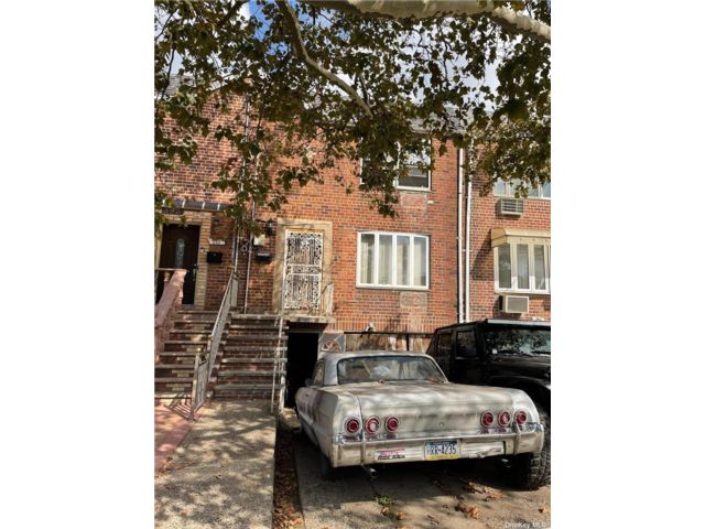 4 BR,  3.00 BTH Townhouse style home in Canarsie