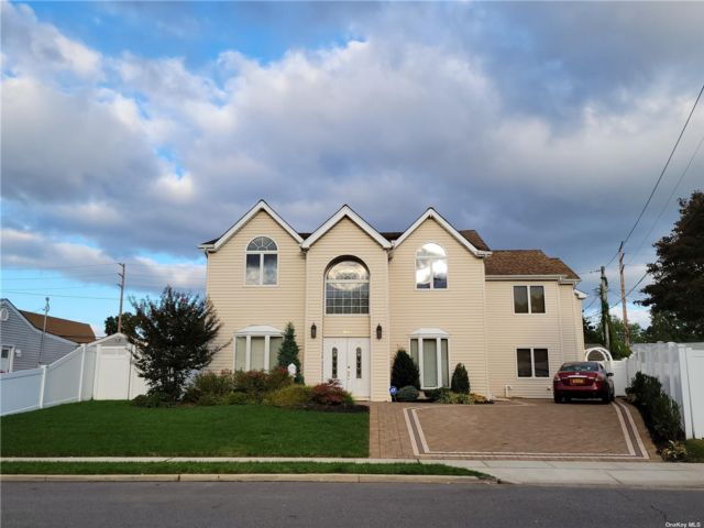 6 BR,  4.00 BTH Colonial style home in Bethpage