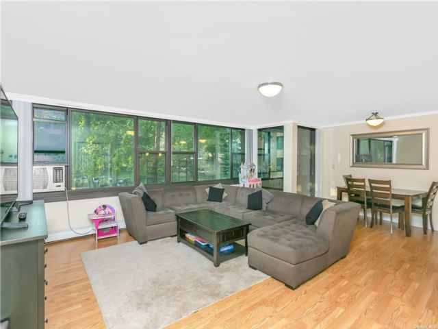 3 BR,  1.00 BTH Mid rise style home in Beechhurst