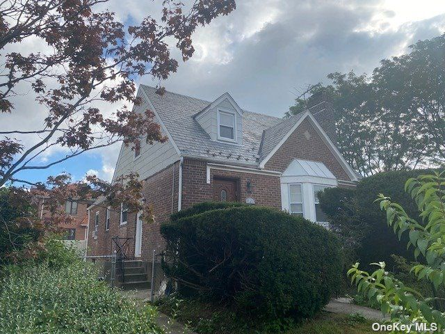 4 BR,  3.00 BTH Cape style home in Fresh Meadows