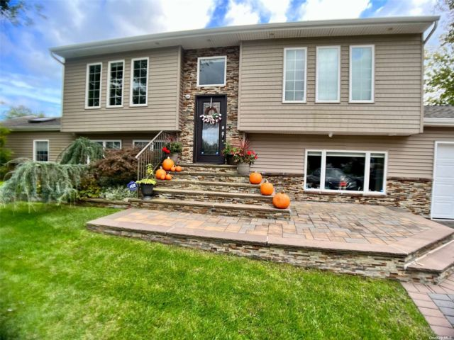5 BR,  5.00 BTH Exp ranch style home in Holtsville
