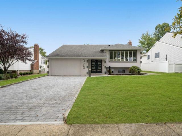 5 BR,  3.00 BTH Split level style home in Manhasset Hills