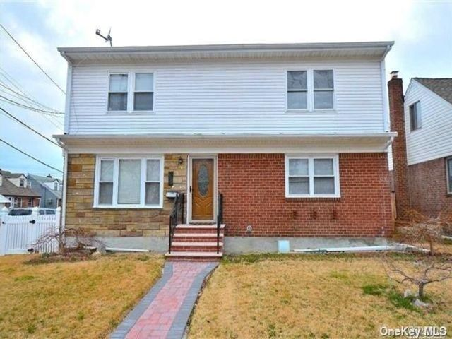 5 BR,  3.00 BTH Colonial style home in Mineola