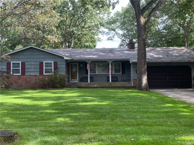 4 BR,  3.00 BTH Ranch style home in Smithtown
