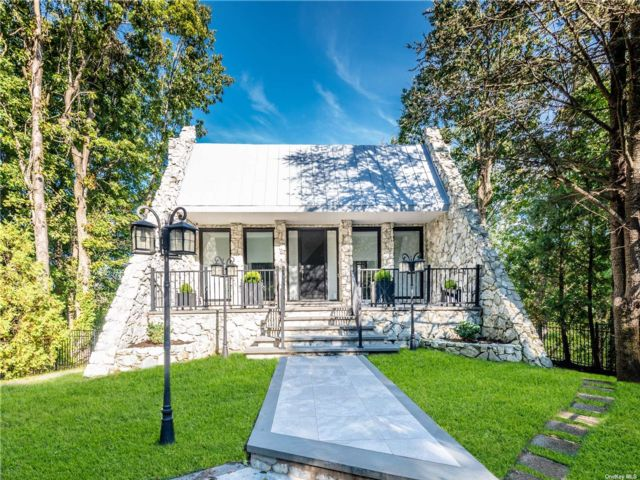 4 BR,  5.00 BTH Contemporary style home in Upper Brookville