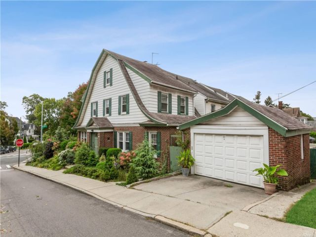 4 BR,  4.00 BTH Colonial style home in Richmond Hill