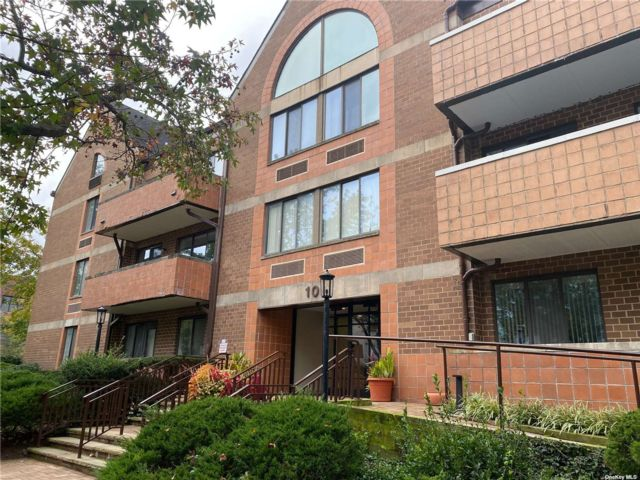 1 BR,  2.00 BTH Apt in bldg style home in Great Neck