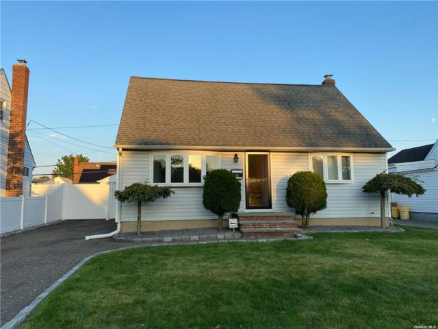 4 BR,  4.00 BTH Cape style home in Hicksville