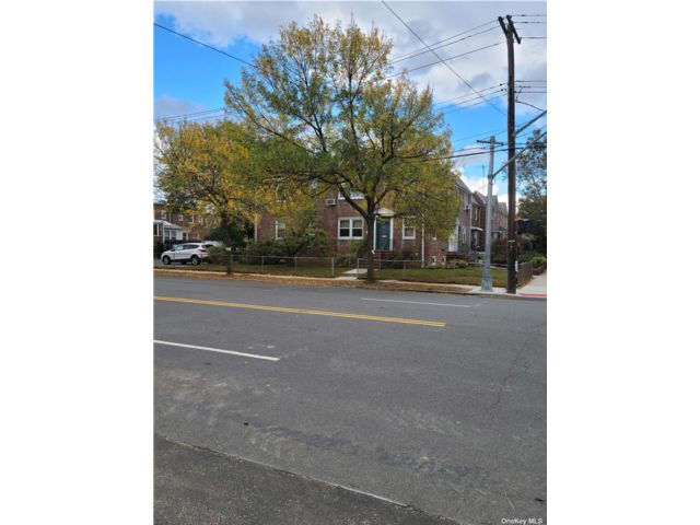 2 BR,  2.00 BTH 2 story style home in Bayside