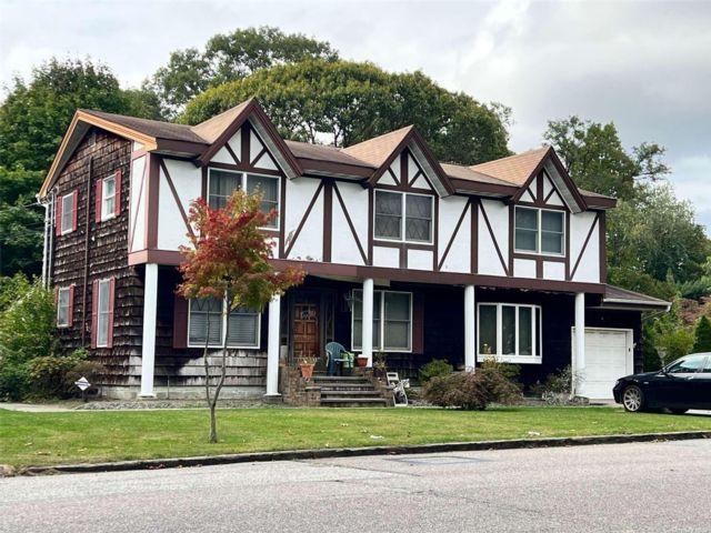 4 BR,  4.00 BTH Tudor style home in Holbrook