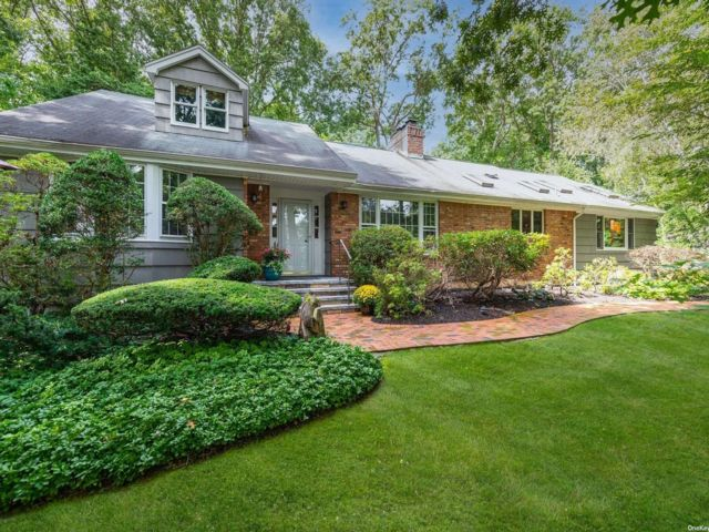 4 BR,  4.00 BTH Farm ranch style home in Laurel Hollow