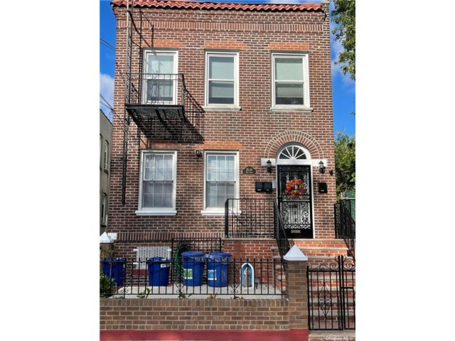 5 BR,  4.00 BTH Townhouse style home in Astoria