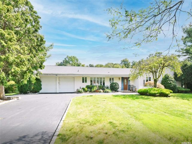 5 BR,  3.00 BTH Exp ranch style home in Greenlawn