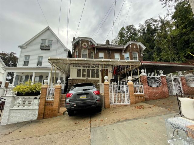 4 BR,  2.00 BTH 2 story style home in Cypress Hills