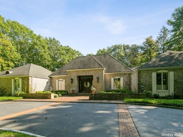 5 BR,  4.00 BTH Ranch style home in Oyster Bay Cove