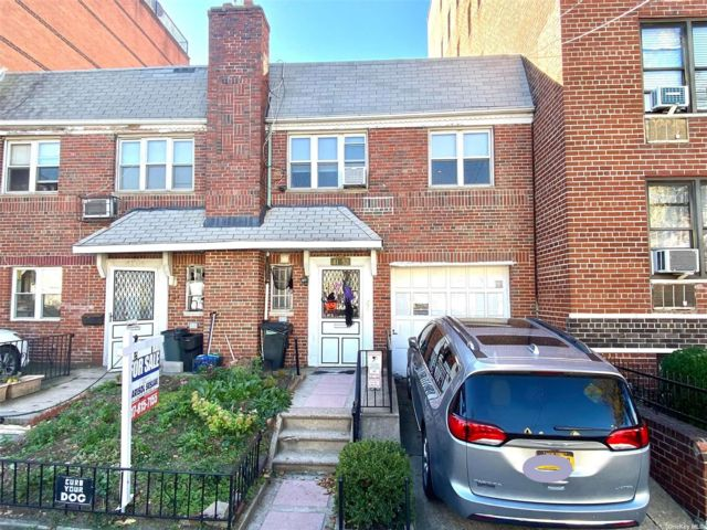 2 BR,  2.00 BTH 2 story style home in Woodside