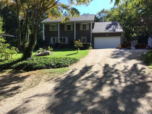 4 BR,  4.00 BTH Colonial style home in Centerport