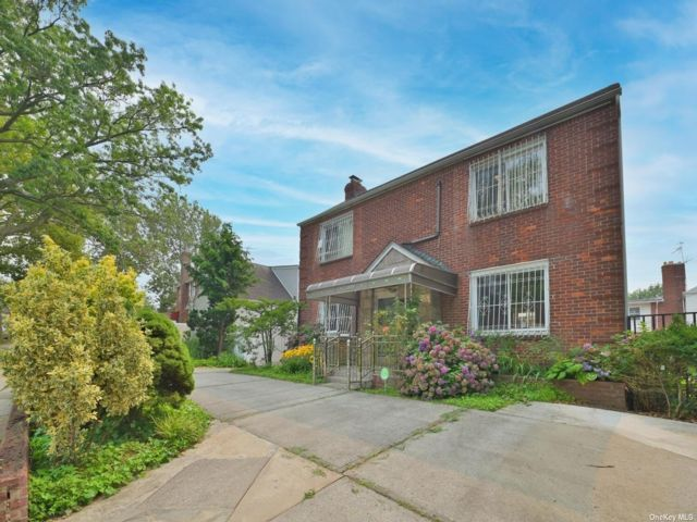 3 BR,  4.00 BTH Colonial style home in Briarwood