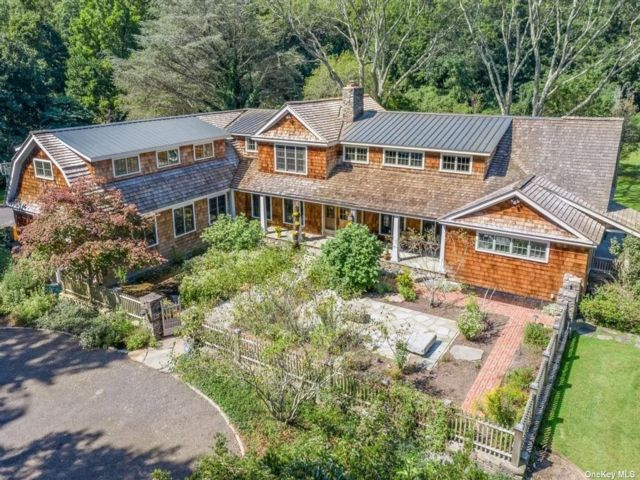 5 BR,  7.00 BTH Colonial style home in Oyster Bay Cove