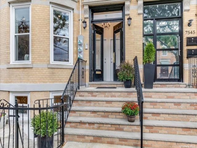 6 BR,  5.00 BTH Townhouse style home in Glendale