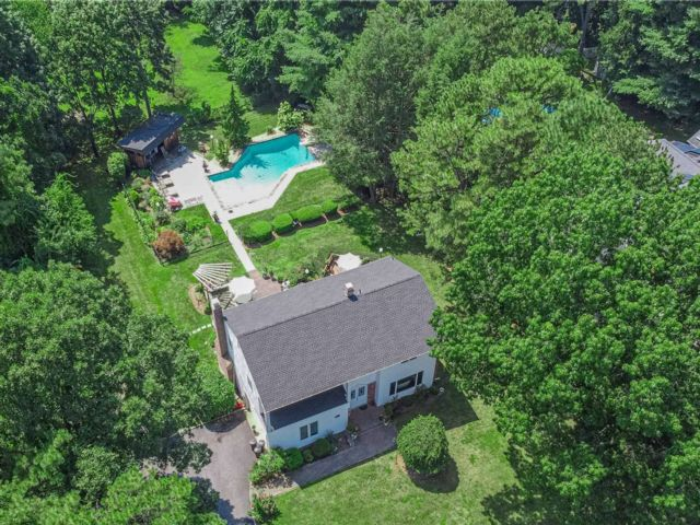 4 BR,  3.00 BTH Colonial style home in Dix Hills