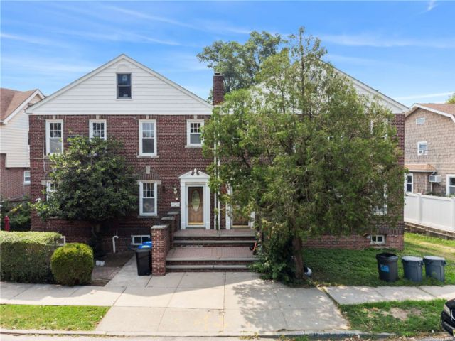 4 BR,  4.00 BTH Colonial style home in Throggs Neck