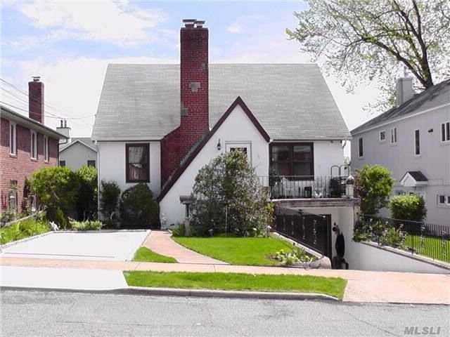 2 BR,  3.00 BTH 2 story style home in Port Washington