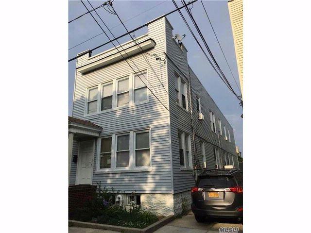 8 BR,  4.00 BTH Colonial style home in Far Rockaway