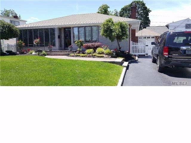 3 BR,  2.00 BTH  Ranch style home in Levittown