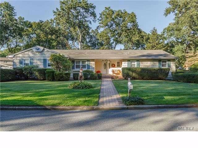 4 BR,  2.50 BTH Ranch style home in East Northport