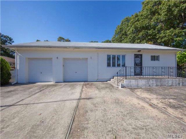 2 BR,  2.00 BTH Ranch style home in Shirley