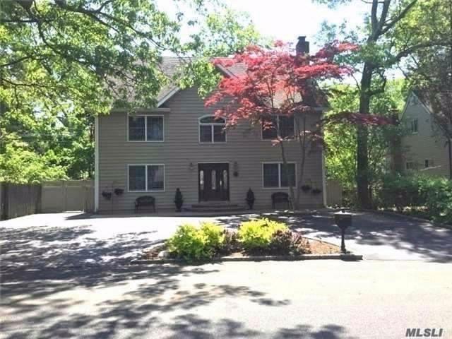 4 BR,  3.00 BTH Modern style home in Huntington