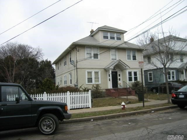 8 BR,  4.50 BTH Colonial style home in Hempstead