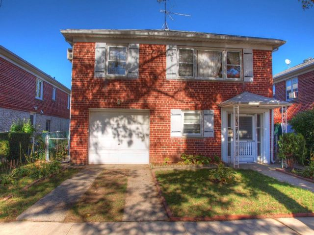 5 BR,  3.00 BTH  Hi ranch style home in FLUSHING