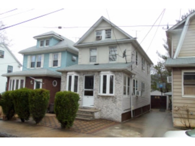4 BR,  2.00 BTH  Colonial style home in STATEN ISLAND