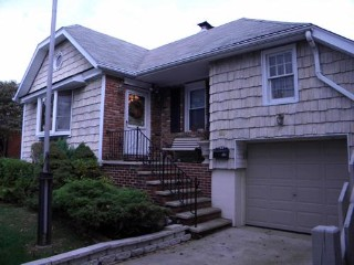 3 BR,  2.00 BTH  Raised ranch style home in Bronx
