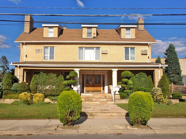 7 BR,  5.50 BTH Colonial style home in NEPONSIT