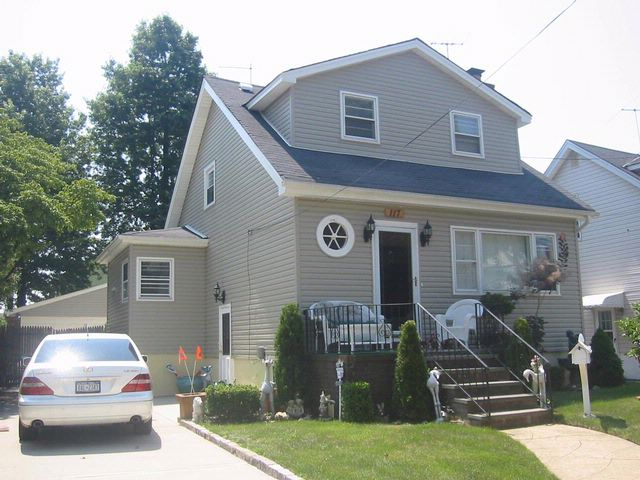 3 BR,  1.50 BTH Colonial style home in MINEOLA