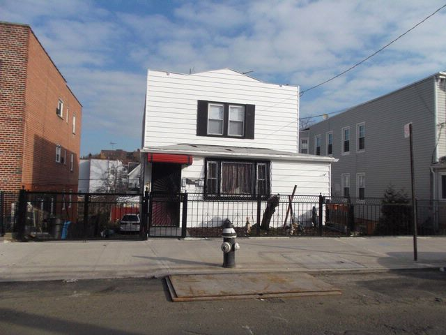 5 BR,  3.00 BTH  Split-level style home in Bronx