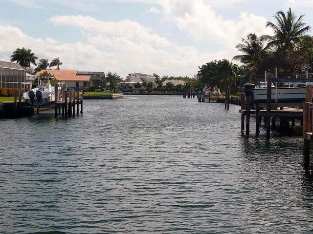 Lot <b>Size:</b> 160x100x160x100 Land style home in Marco Island