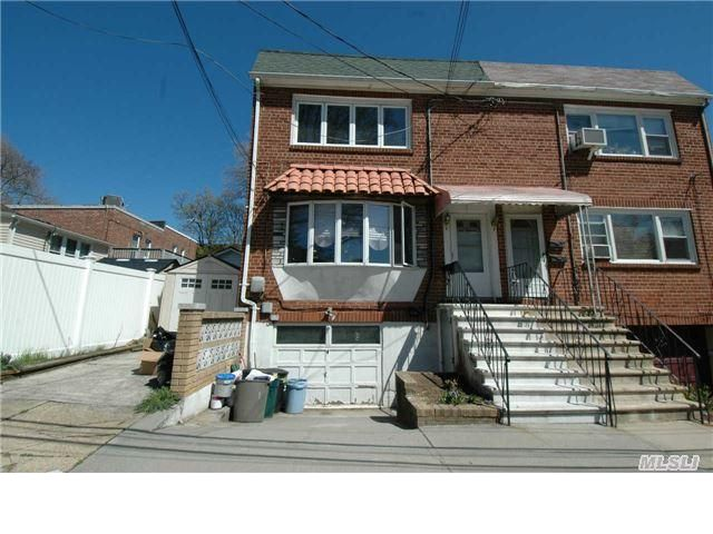 4 BR,  2.00 BTH 2 story style home in College Point