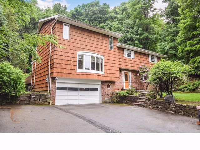 4 BR,  3.50 BTH Split-level style home in Irvington