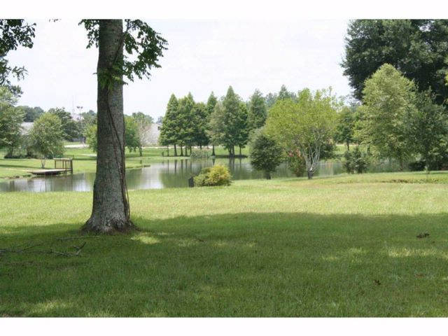 Lot <b>Size:</b> 1+ Land style home in Baton Rouge