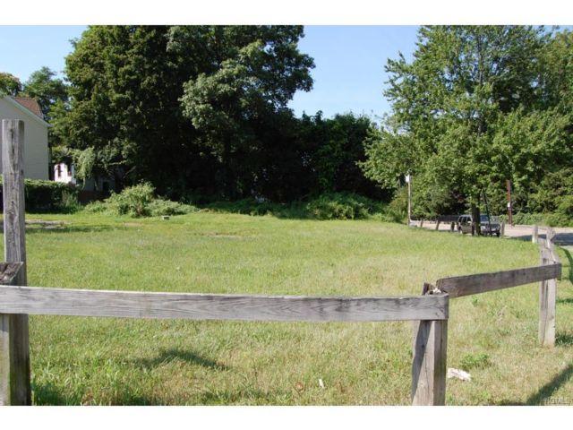 Lot <b>Size:</b>  Land style home in Peekskill